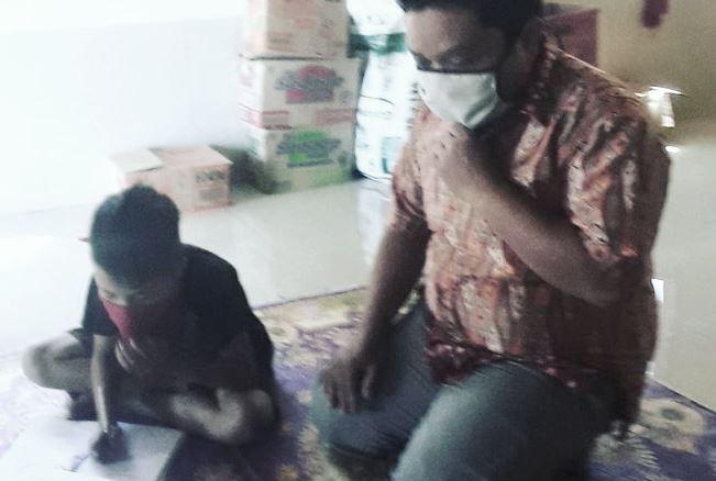 Guru Honorer Suardi tengah mengajar keliling di rumah siswa saat pandemi corona