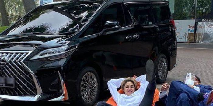 Hotman Paris dan Nikita Mirzani bersama Mobil Baru