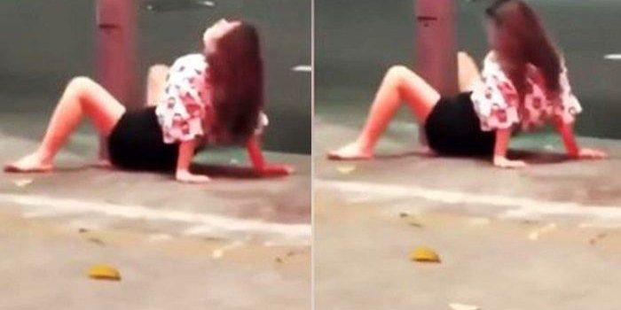 Seorang wanita melakukan aksi tak senonoh dengan tiang listrik