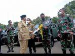 Prabowo serahkan kunci Mobil Taktis secara simbolis ke KSAD Andika Perkasa