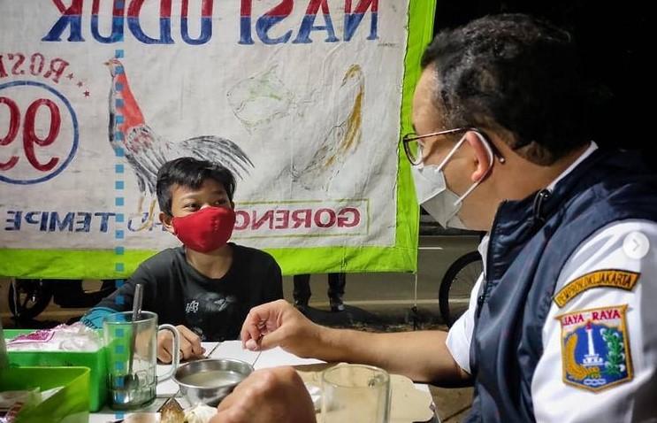 Anies Baswedan makan pecel lele di pinggir jalan jakarta